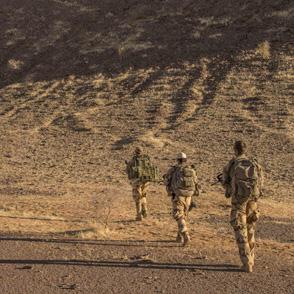 Des soldats du groupement tactique interarmes effectuent une patrouille de reconnaissance dans le désert malien