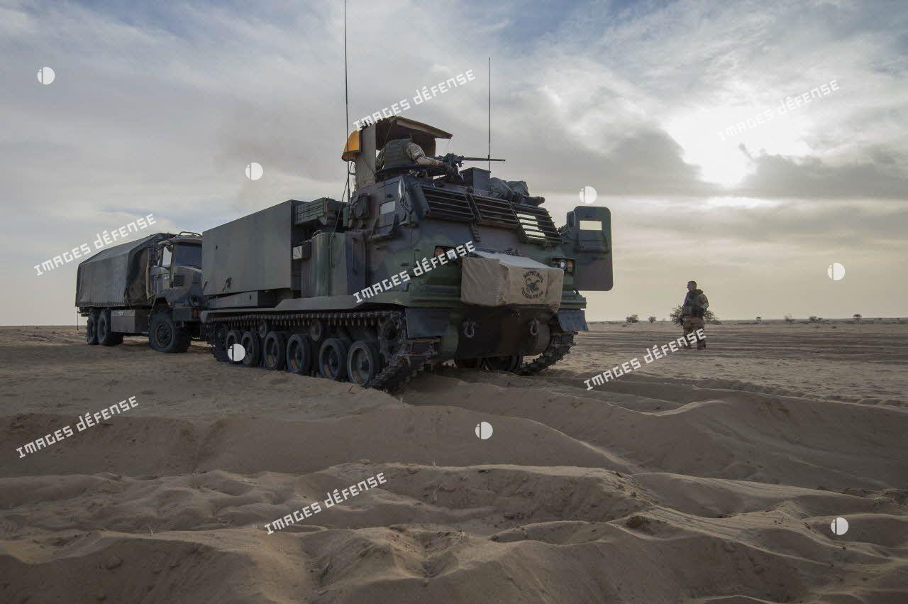 Désensablage d'un camion-citerne du Service des essences des armées (SEA) par un lance roquette unitaire (LRU) du 1er régiment d'artillerie (1er RA) lors d'une traversée du désert en convoi.
