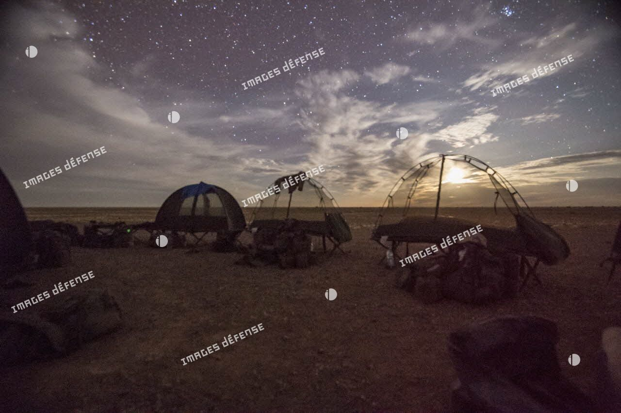 Bivouac de nuit sur une base opérationnelle avancée temporaire (BOAT) dans le désert malien.
