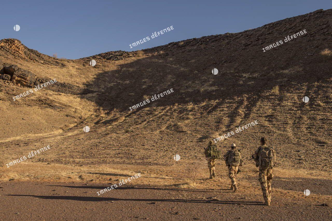 Des soldats du groupement tactique interarmes à dominante aérocombat (GTIA-A) effectuent une patrouille de reconnaissance dans le désert malien.
