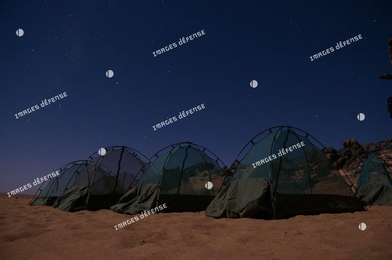 Moustiquaires équipant le bivouac d'un poste d'observation dans le désert nigérien