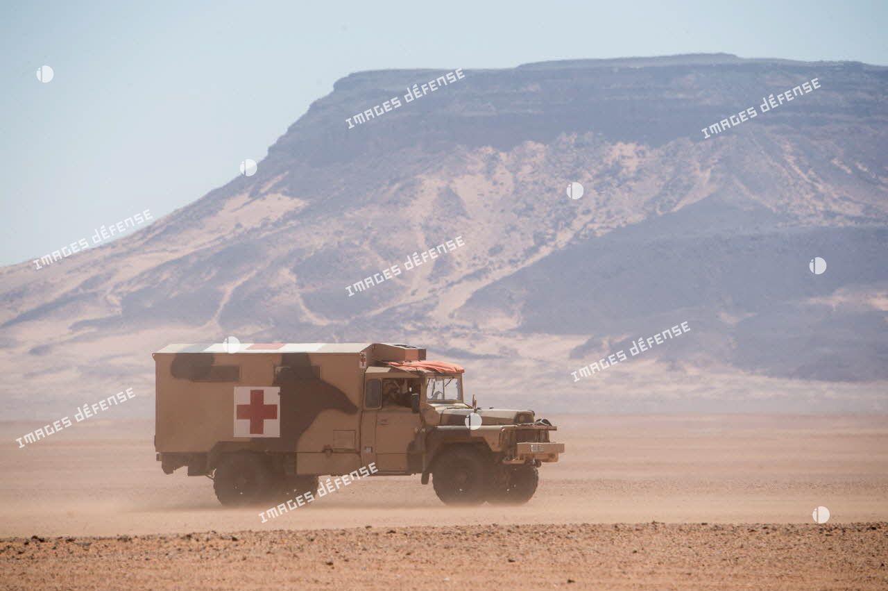 Un véhicule léger de reconnaissance et d'appui sanitaire (VLRA) traverse le désert nigérien.