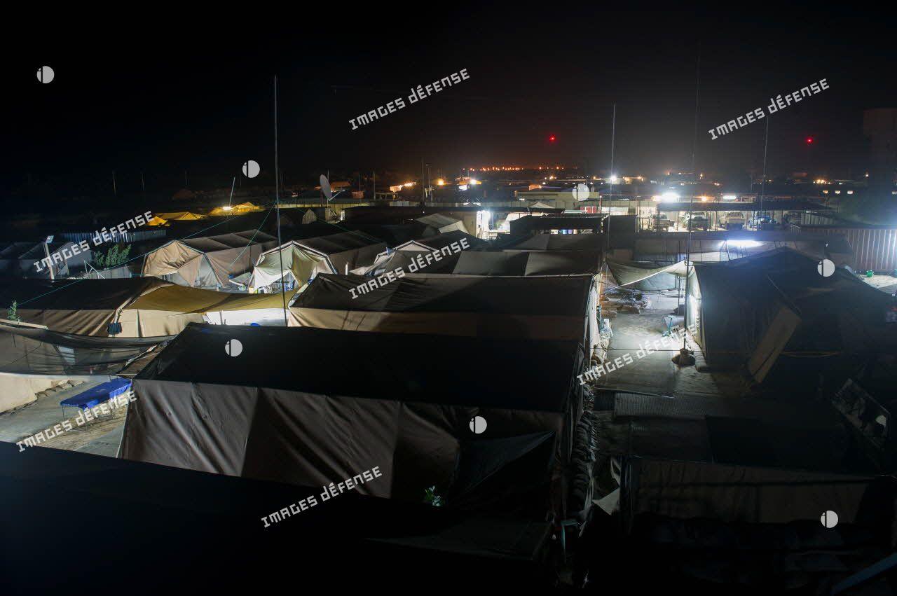 Vue nocturne du campement du détachement de liaison et d'appui opérationnel n°4 (DLAO 4) sur la plateforme opérationnelle désert (PFOD) de Tombouctou.