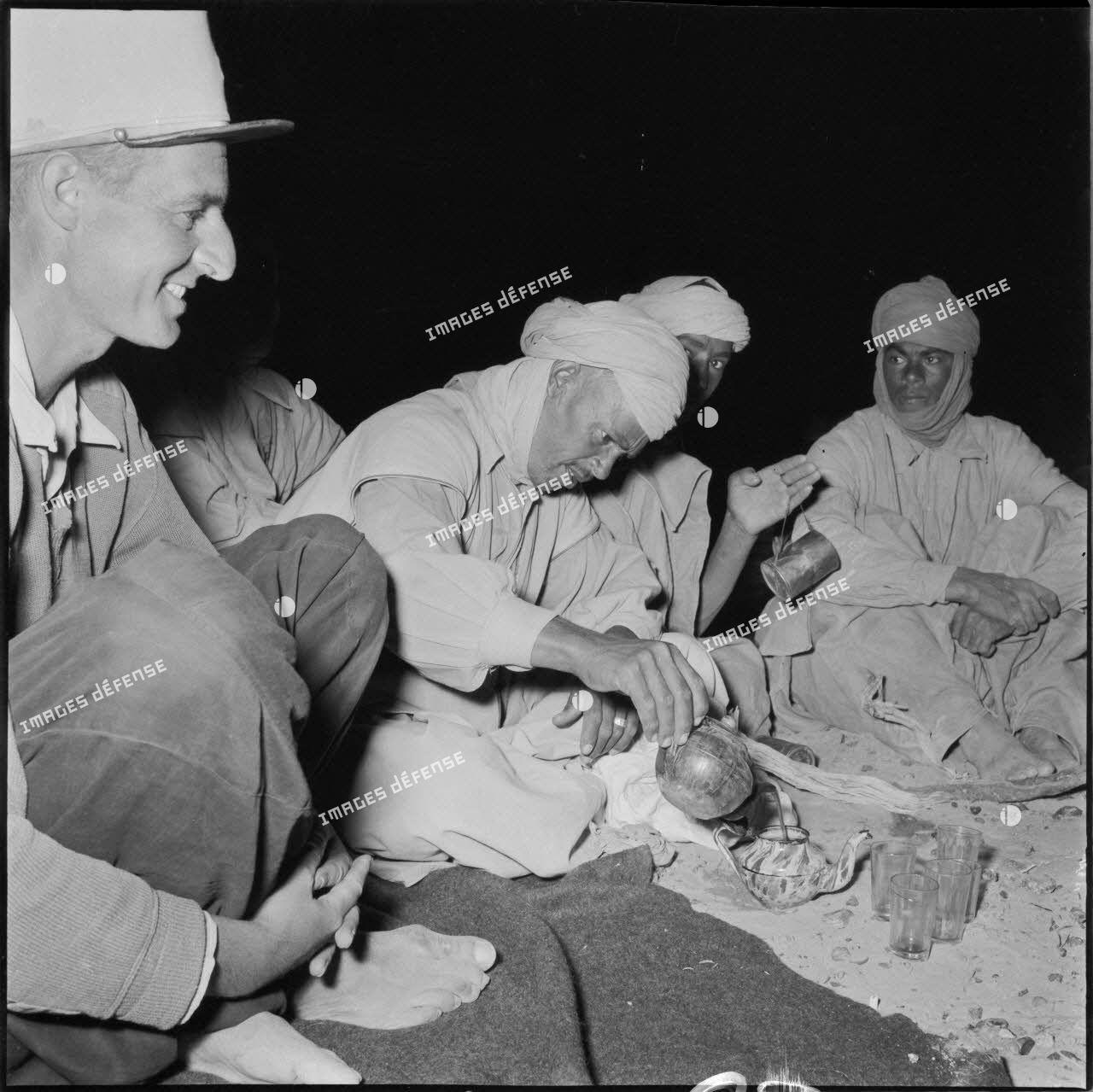 1er peloton de la compagnie méhariste de Touat : le thé.