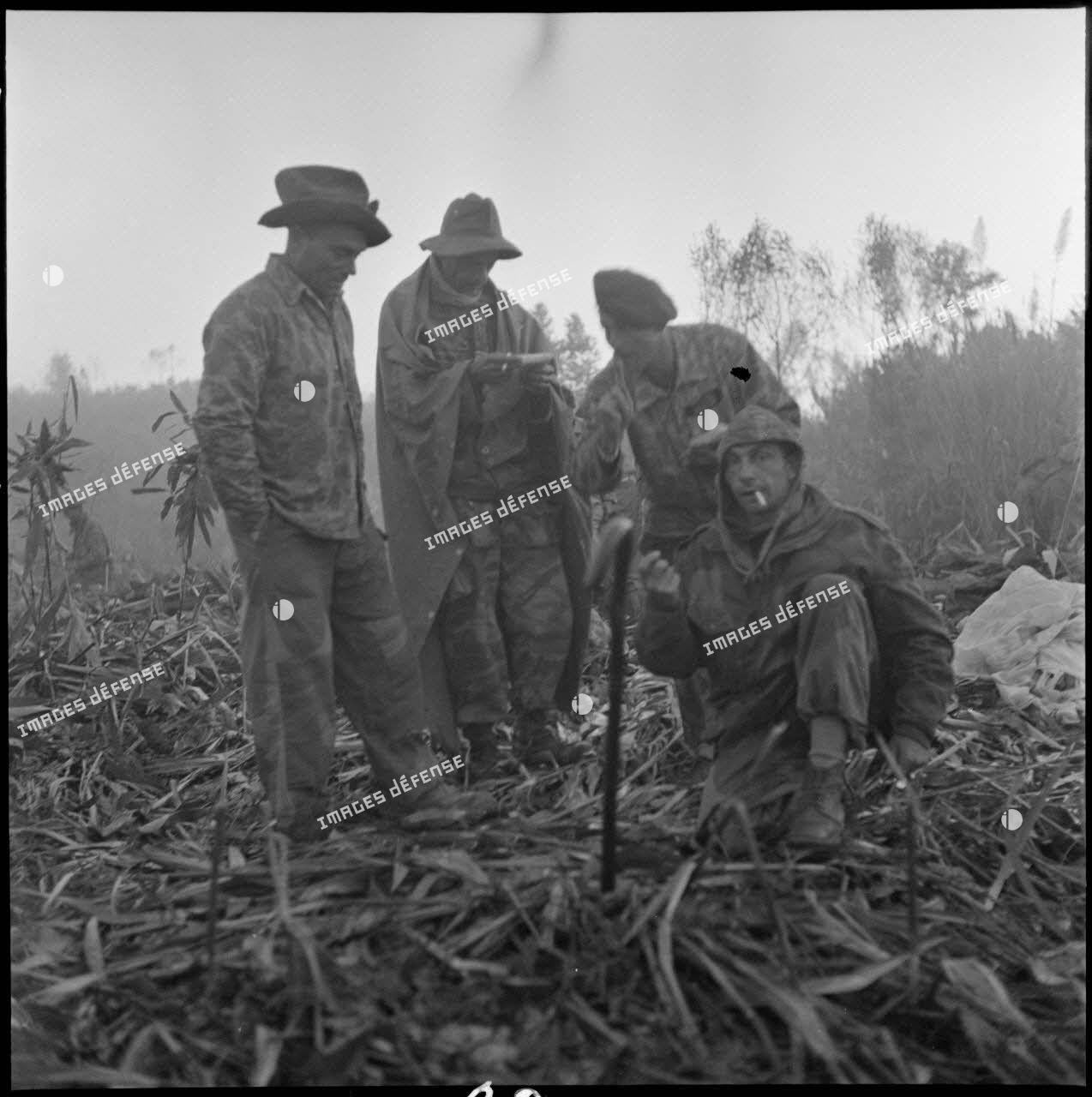 Après une nuit froide et brumeuse, des parachutistes du groupement aéroporté n°2 (GAP 2) se rassemblent au petit matin. Ils mènent une reconnaissance sur la piste Pavie au nord de Diên Biên Phu.
