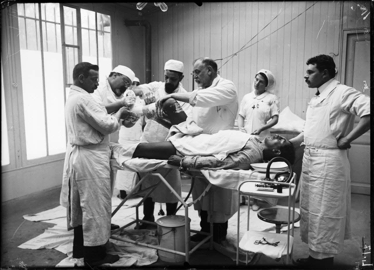 Nogent-sur-Marne. Hôpital du jardin colonial. Salle d'opérations du Docteur Stern. [légende d'origine]