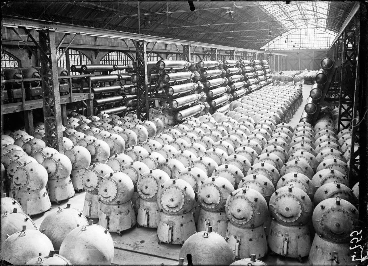 Arsenal de Cherbourg. Vue d'ensemble d'un magasin de mines et torpillesautomobiles (2000 mines et 300 torpilles). [légende d'origine]
