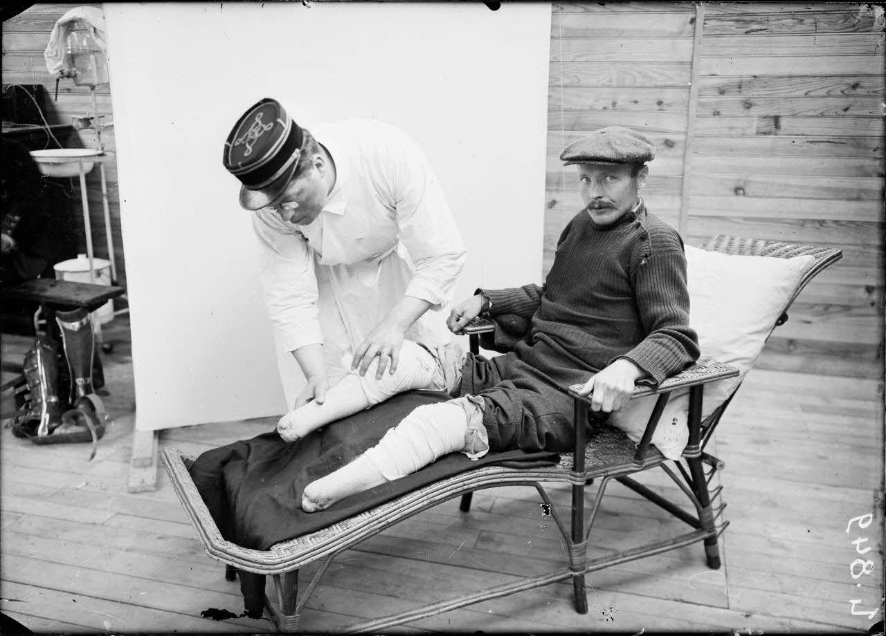Saint-Maurice. Hôpital militaire 5 bis. Le soldat Gilliot amputé des 2 pieds étendu sur une chaise longue. [légende d'origine]