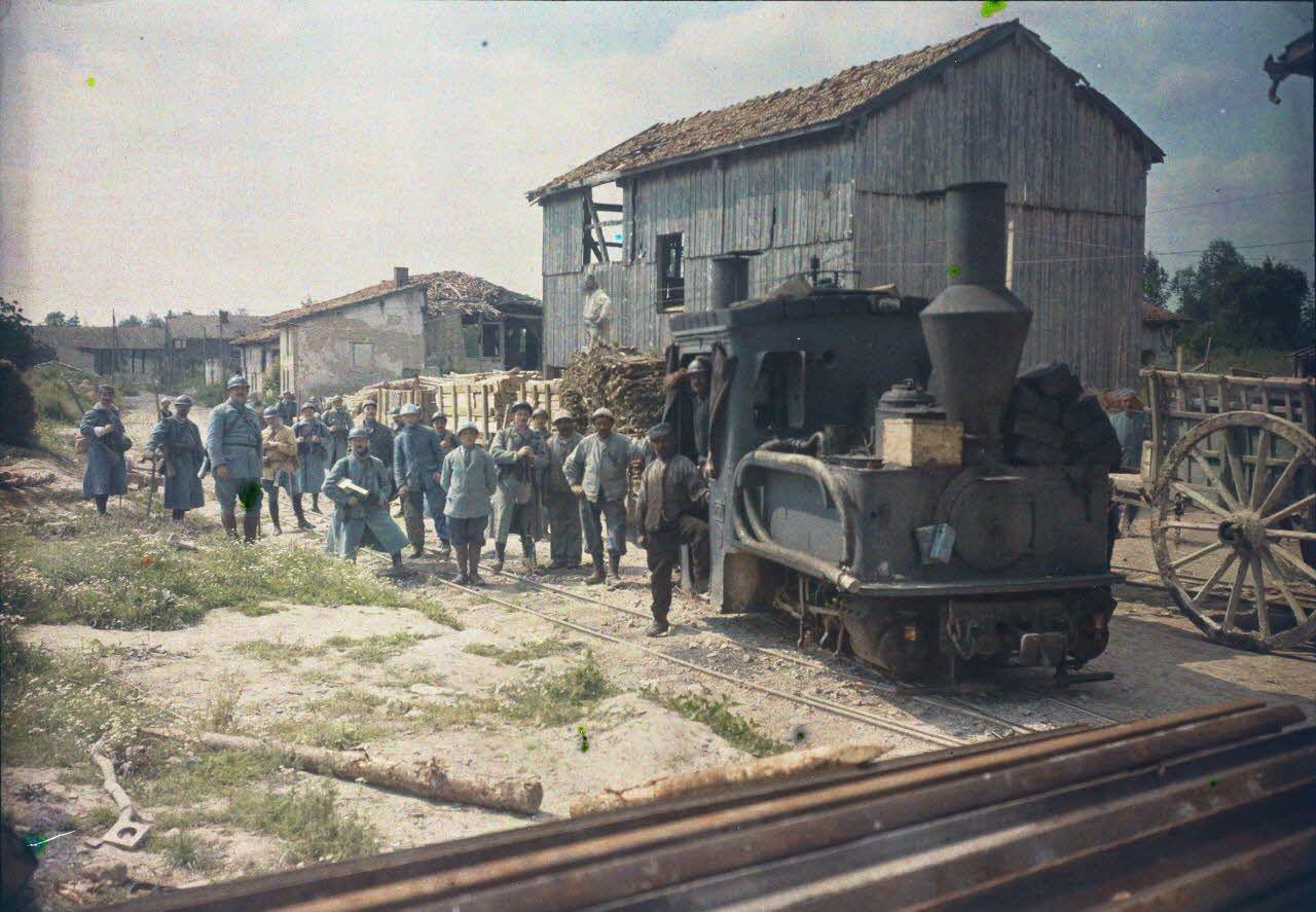 Virginy (Marne). Arrivée d'un train Decauville de ravitaillement en matériel de tranchées. [légende d'origine]