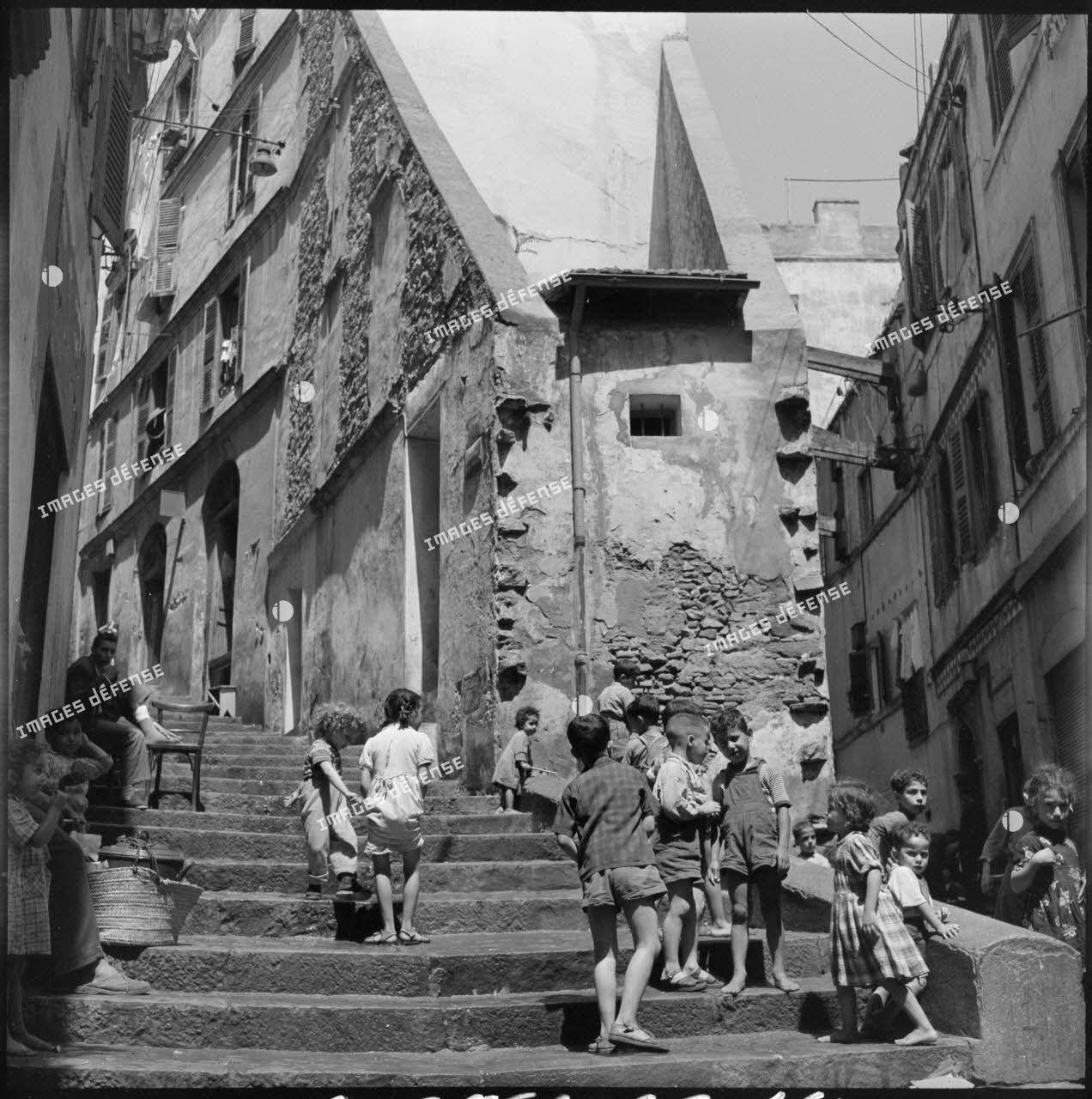Les enfants du quartier de la Casbah jouant dans la rue.