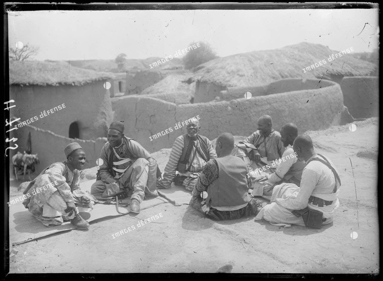 Karnak-Logone. Le sultan et ses conseillers sur la terrasse de sa maison. [légende d'origine]