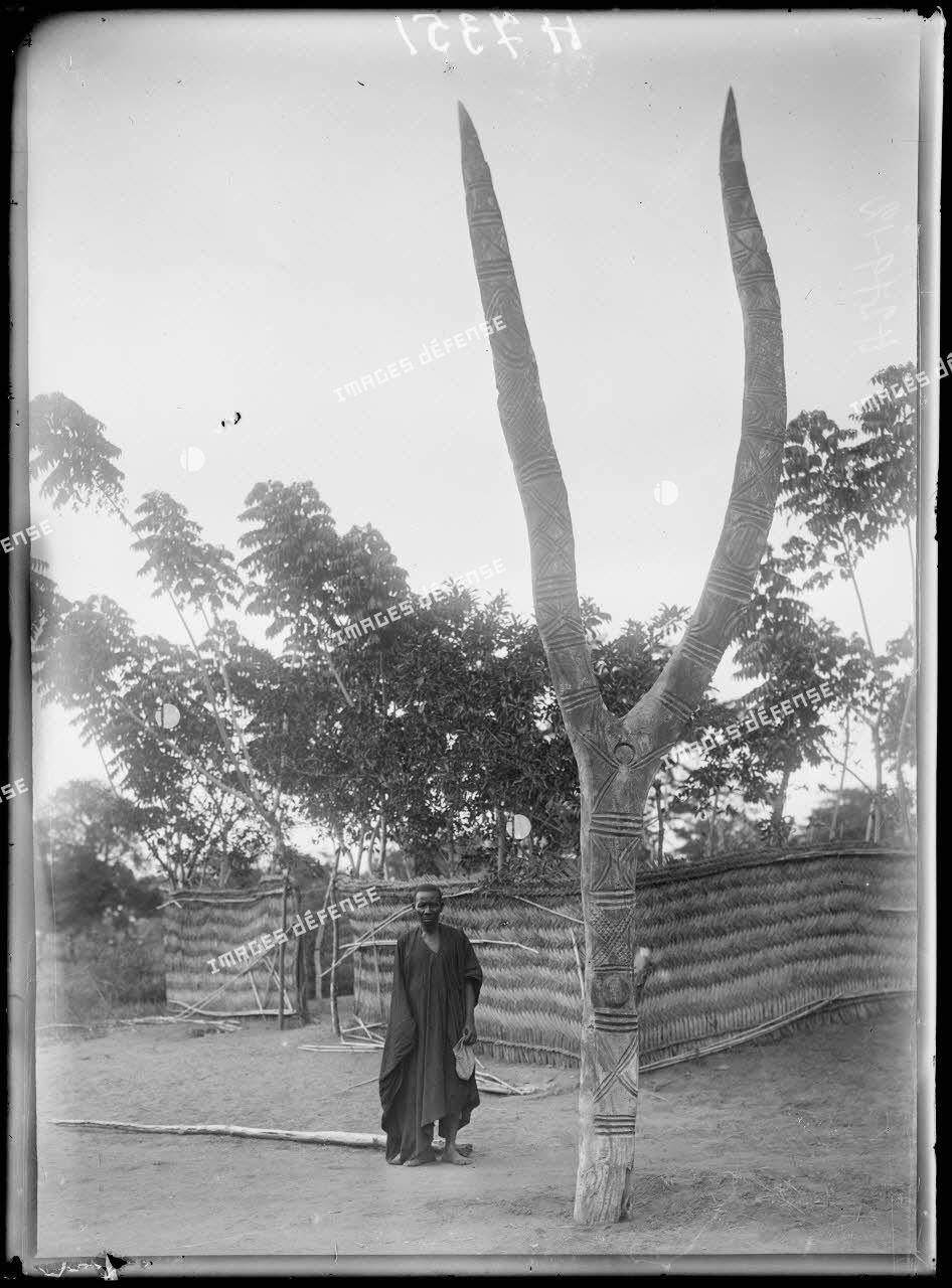 Piste de Garoua à Tschamba. Lamordé-Djungum. Emblème fétichiste de la peuplade Bata. [légende d'origine]