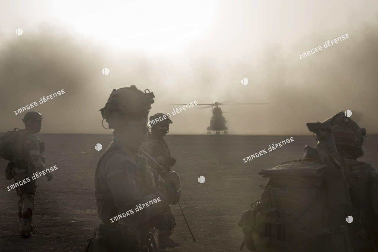 Eléments du groupe commando de montagne (GCM) lors d'une exfiltration par hélicoptère Puma SA-330 dans le cadre d'un exercice sur la base de Gao.