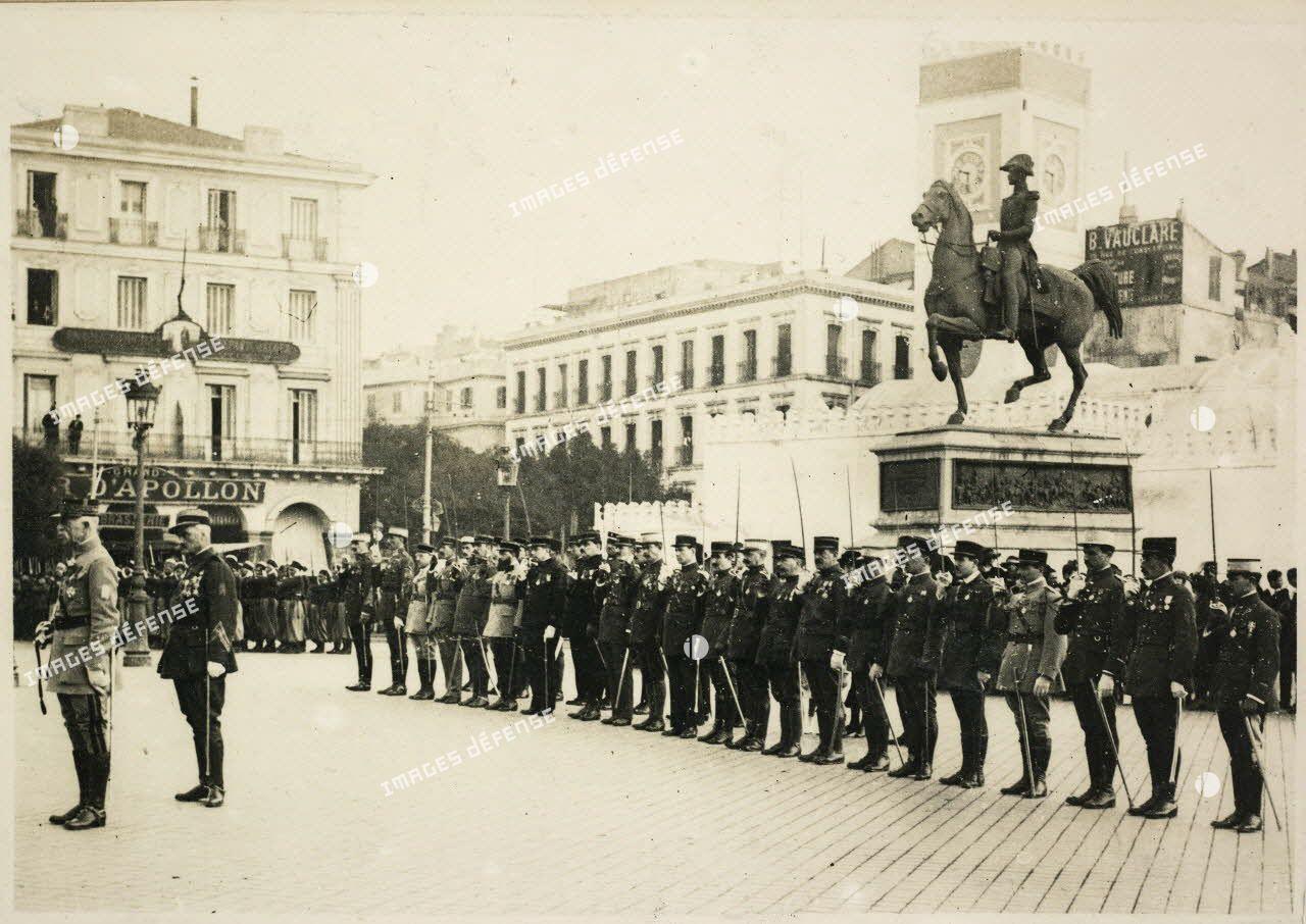 4 janvier 1921. Alger. Place du Gouvernement. Remise de croix à deux amis. Les récipendaires. Colonel Bertrand. G[énér]al Mesple. [légende d'origine]