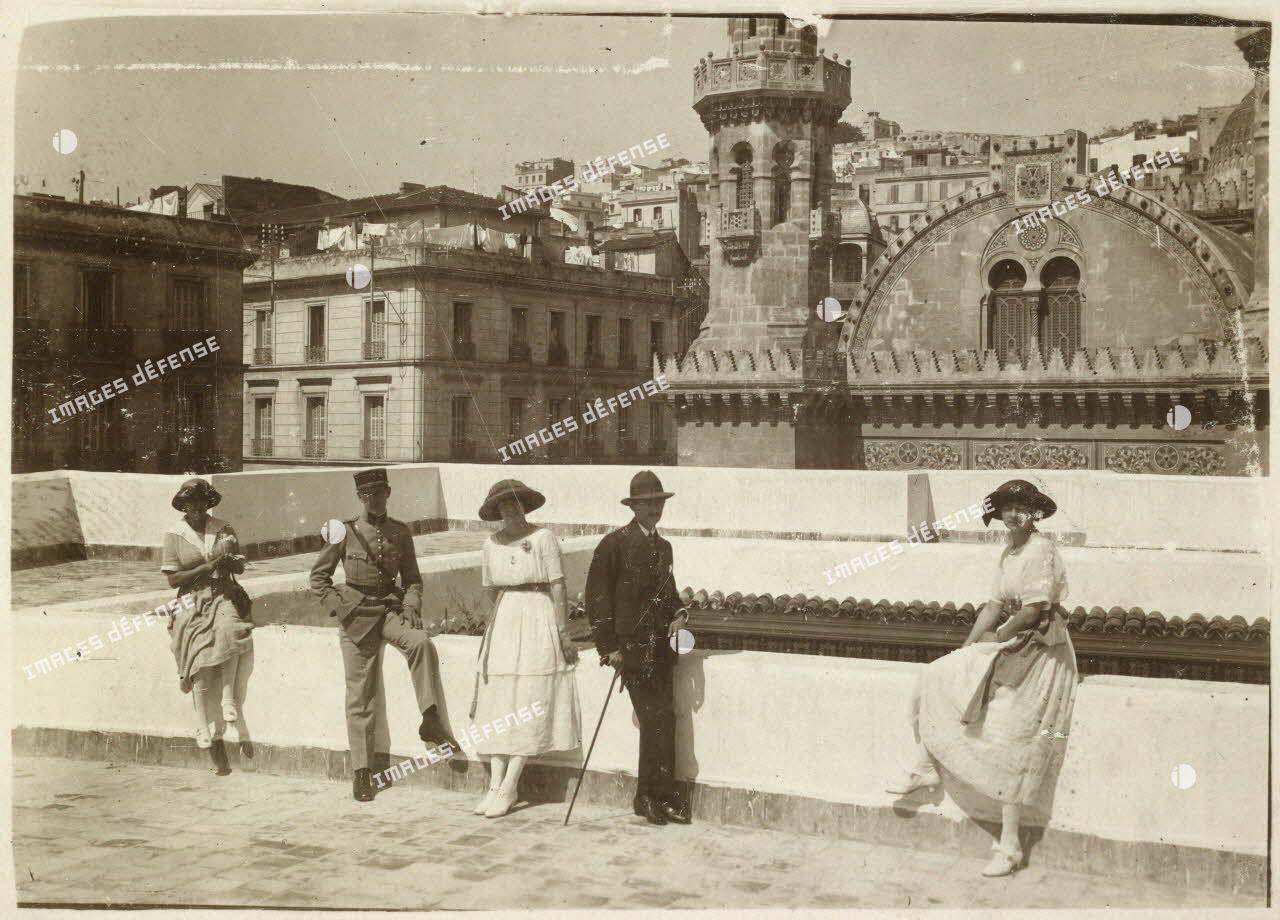 Alger, avril 1920. Les enfants Carrière et Vérignon sur la terrasse de l'archevêché. Au 2e plan, la cathédrale, au fond la ville haute et la Casbah. [légende d'origine]