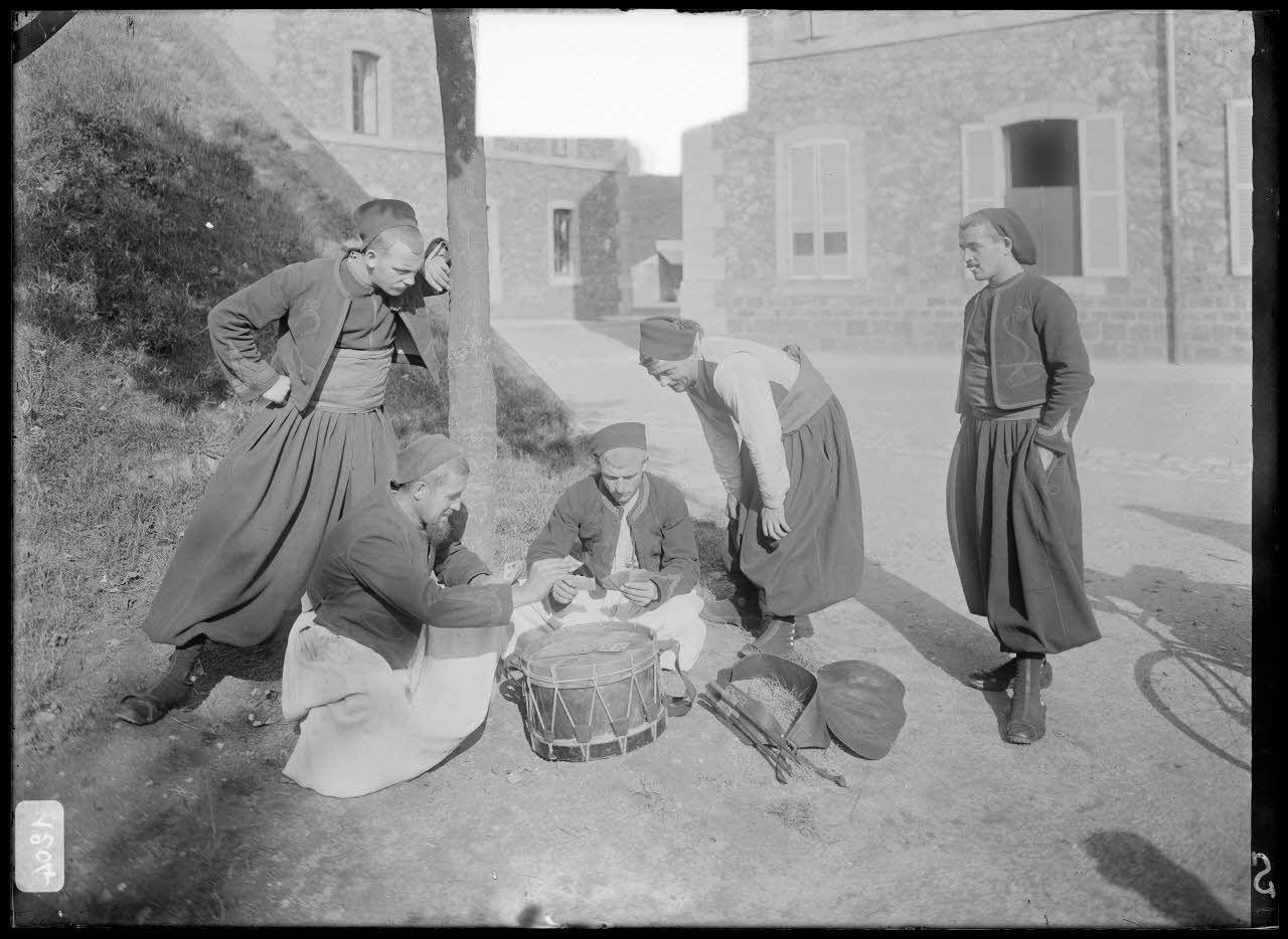 Zouave - La partie de cartes sur le tambour. [légende d'origine]