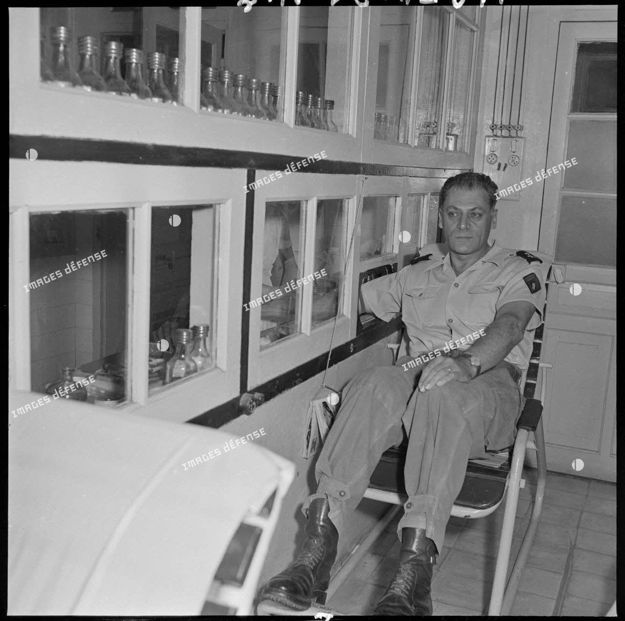 Le général Cogny, commandant en chef forces terrestres du Nord-Vietnam (FTNV), donne son sang pour les soldats blessés au cours de la bataille de Diên Biên Phu.