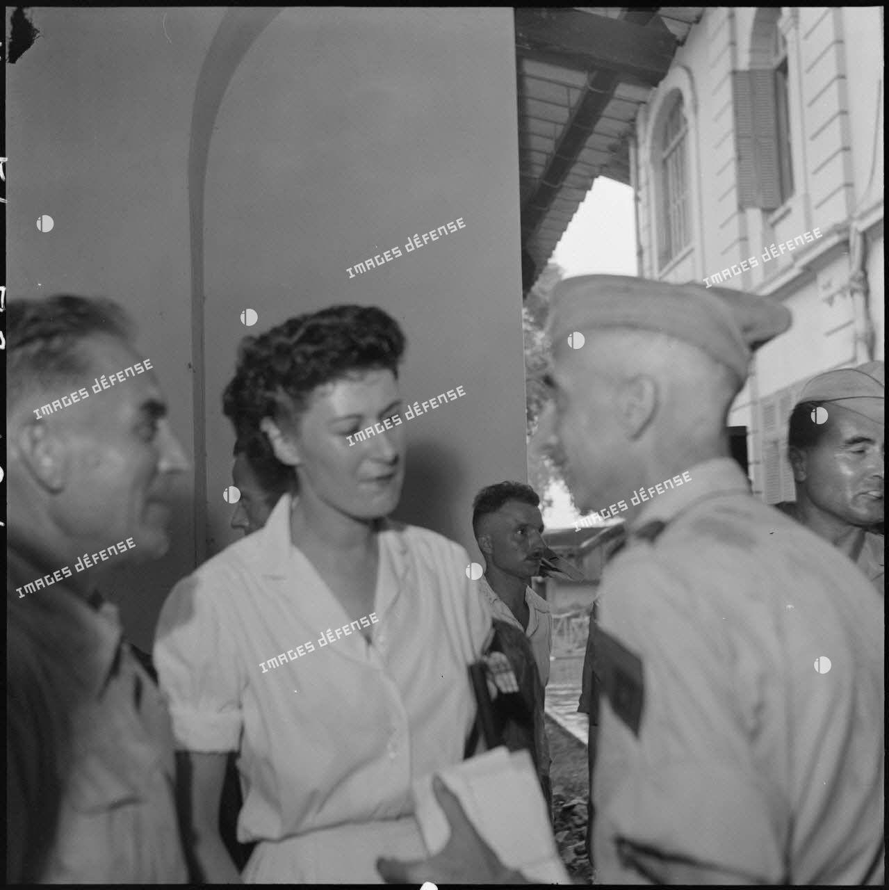 Le général de Castries en compagnie d'une infirmière lors de la visite médicale des officiers supérieurs prisonniers de guerre à Diên Biên Phu à l'hôpital militaire Lanessan de Hanoï.