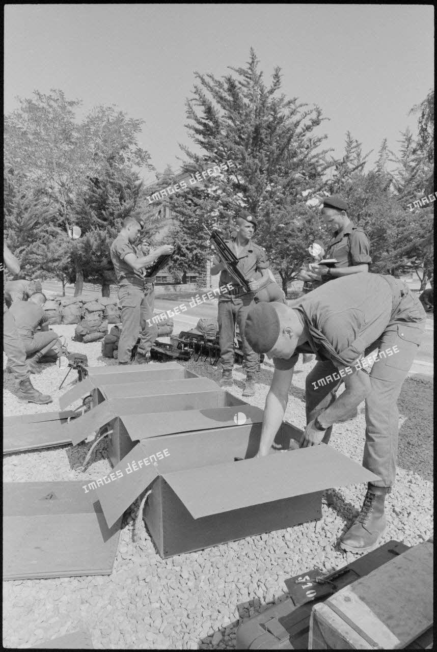 Préparatifs de départ pour le Liban de la 3e Cie du 2e régiment étranger de parachutistes (REP).