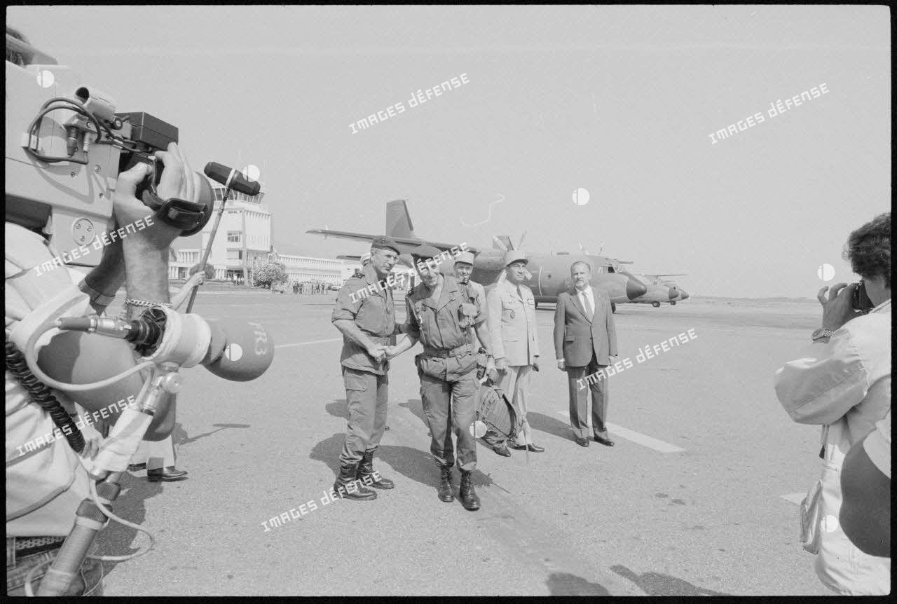 Le général Schmitt saluant le général Granger à l'aéroport de Calvi lors du départ des troupes françaises pour Beyrouth.