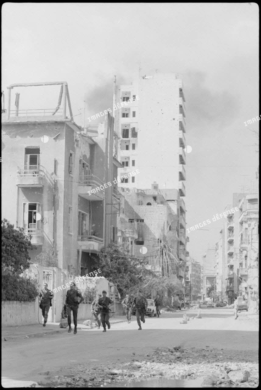 Sapeurs du 17e régiment du génie parachutiste (RGP) pris sous les feux ennemis à Beyrouth.