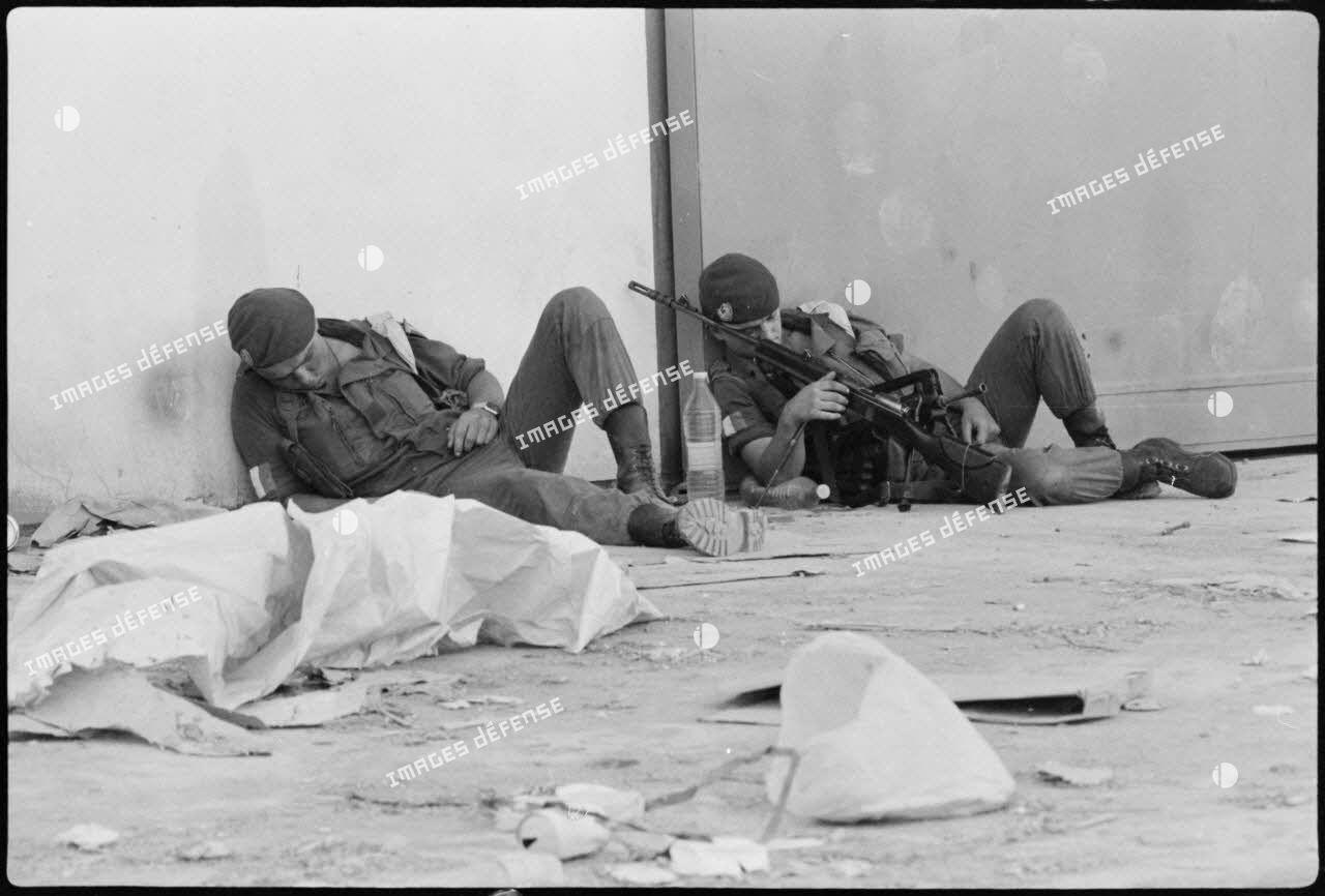 Soldats se reposant dans le port de Beyrouth.