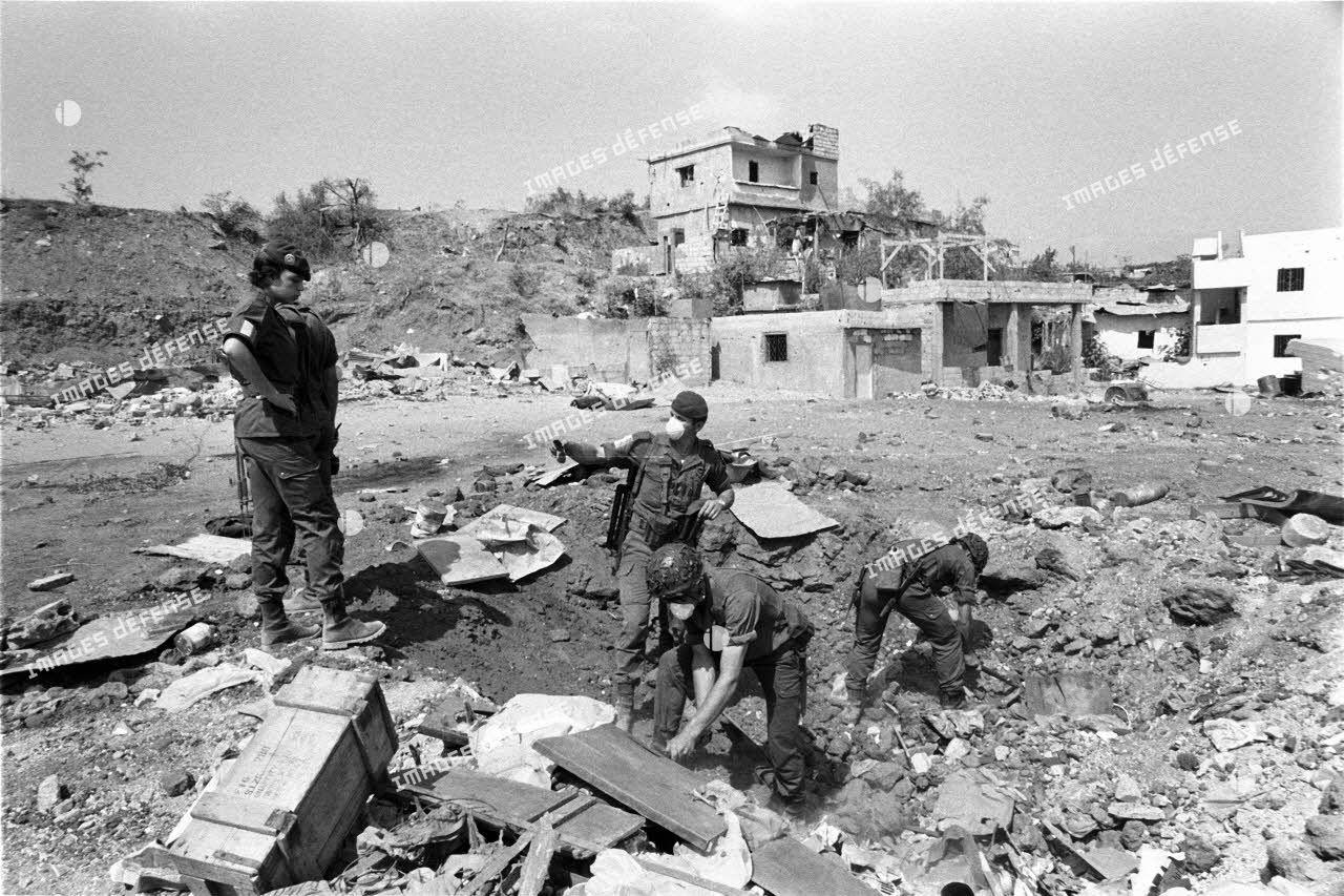 Le 17e régiment du génie parachutiste (RGP) recherche des mines et des pièges dans les ruines du camp de Chatila à Beyrouth.