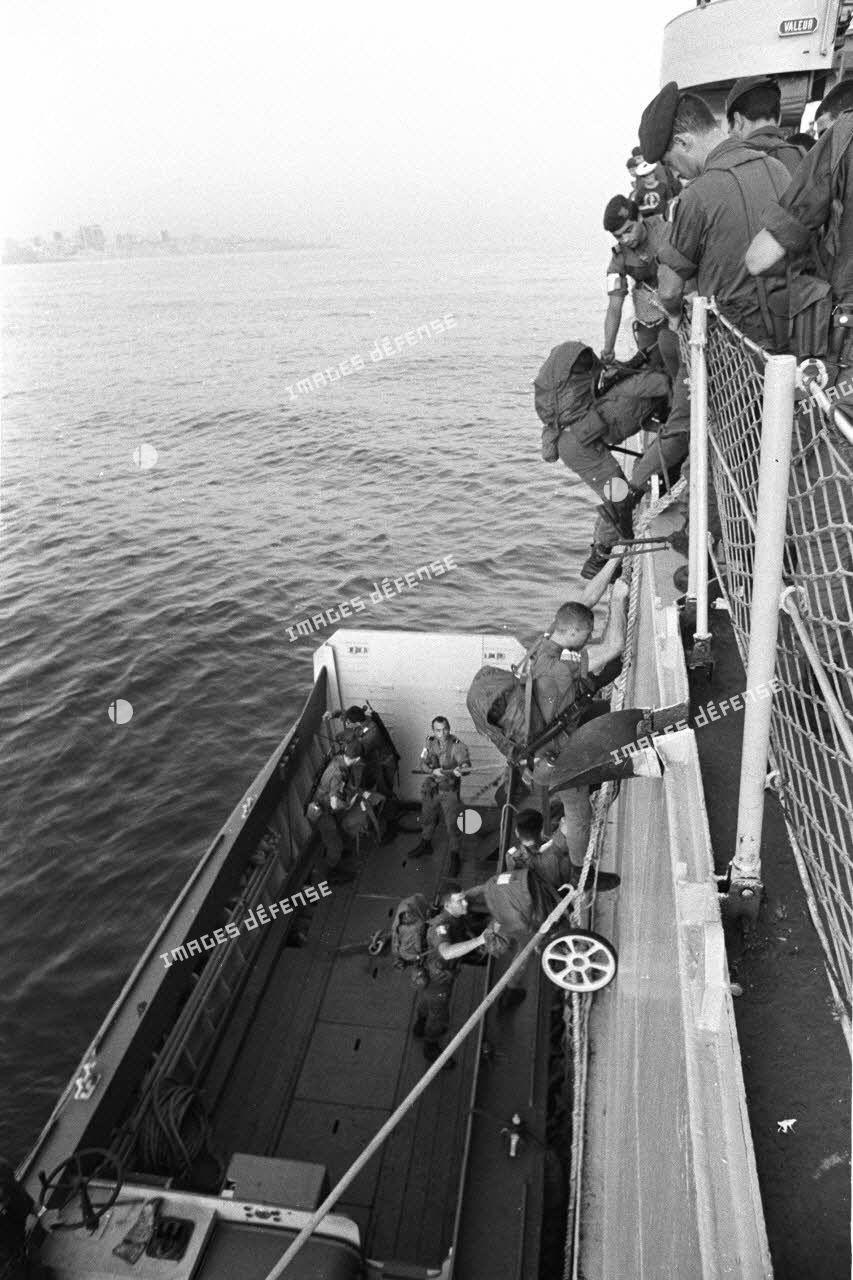Transbordement de soldats sur un landing craft vehicle personal (LCV) depuis le bâtiment Argens qui mouille dans la rade de Beyrouth.