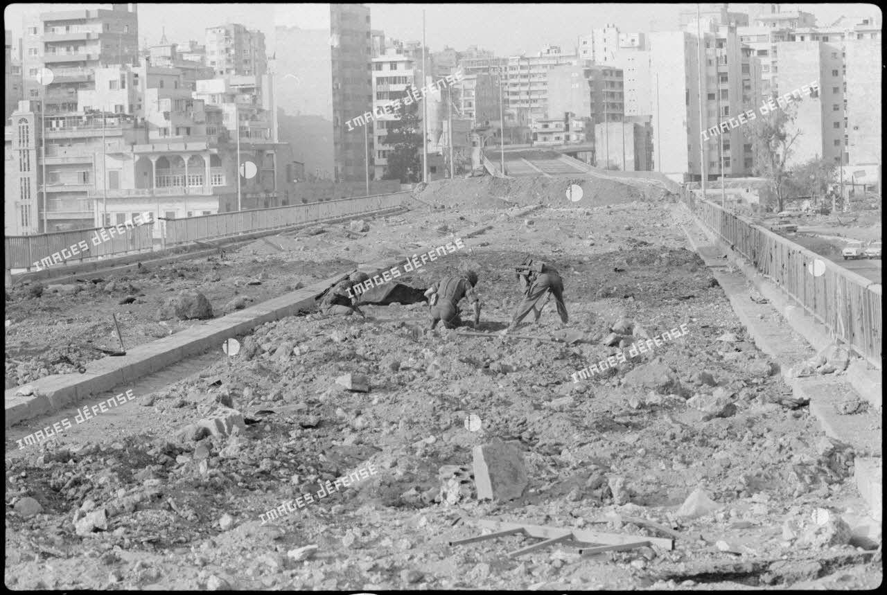 Déminage d'une avenue de Beyrouth par le 17e régiment du genie parachutiste (RGP).