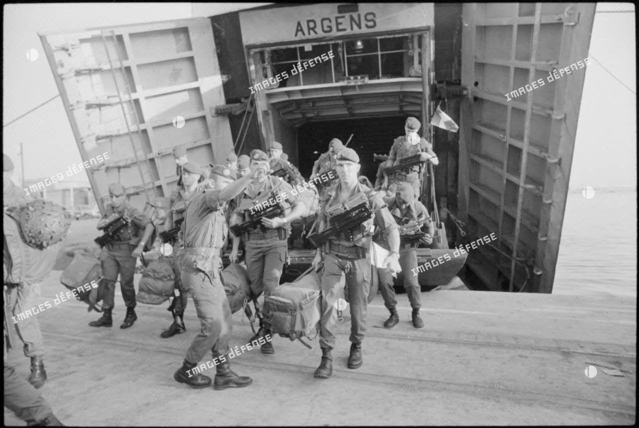Soldats débarquant de l'Argens dans le port de Beyrouth.