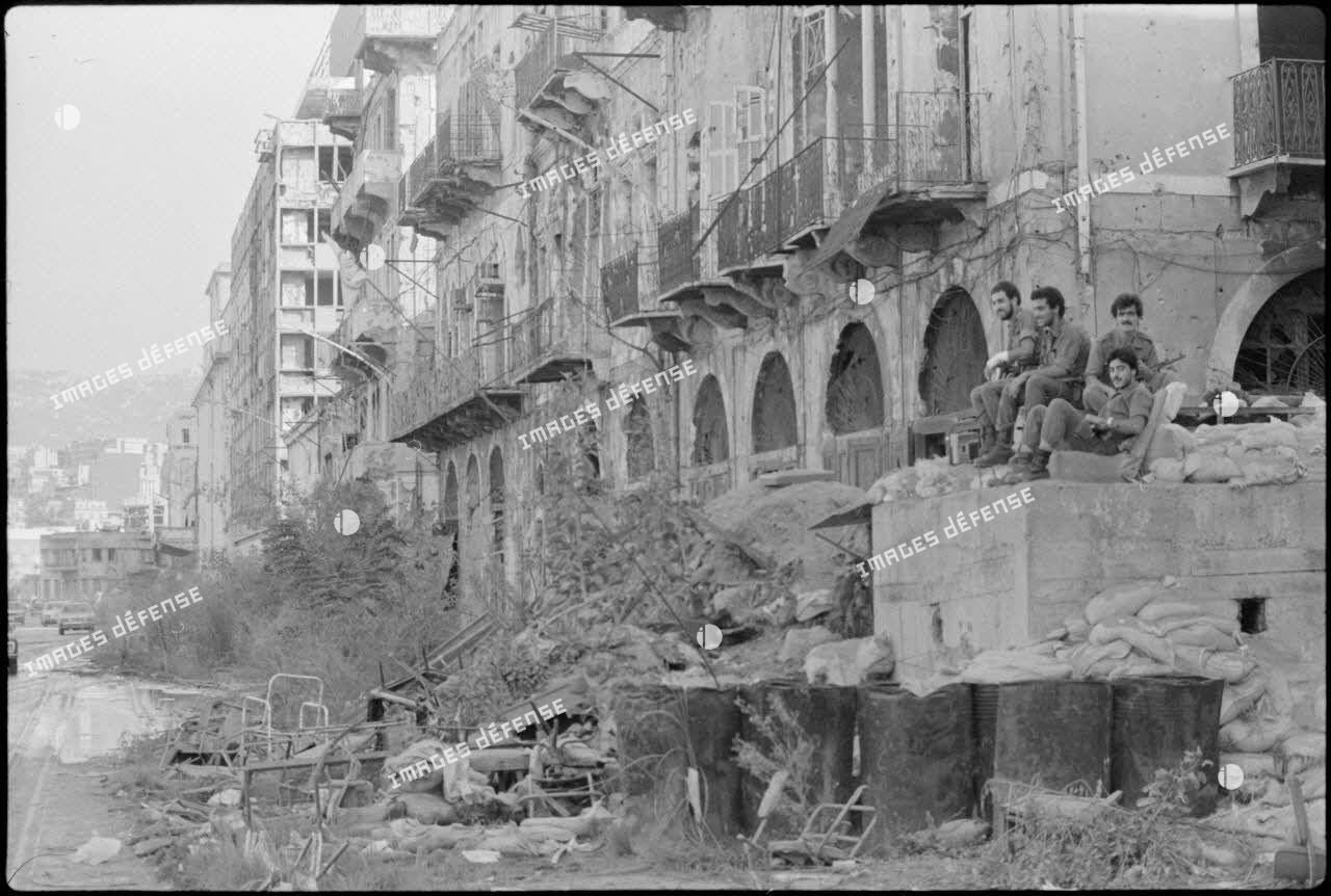 Poste de miliciens du Front national de libération (FNL) à Beyrouth.