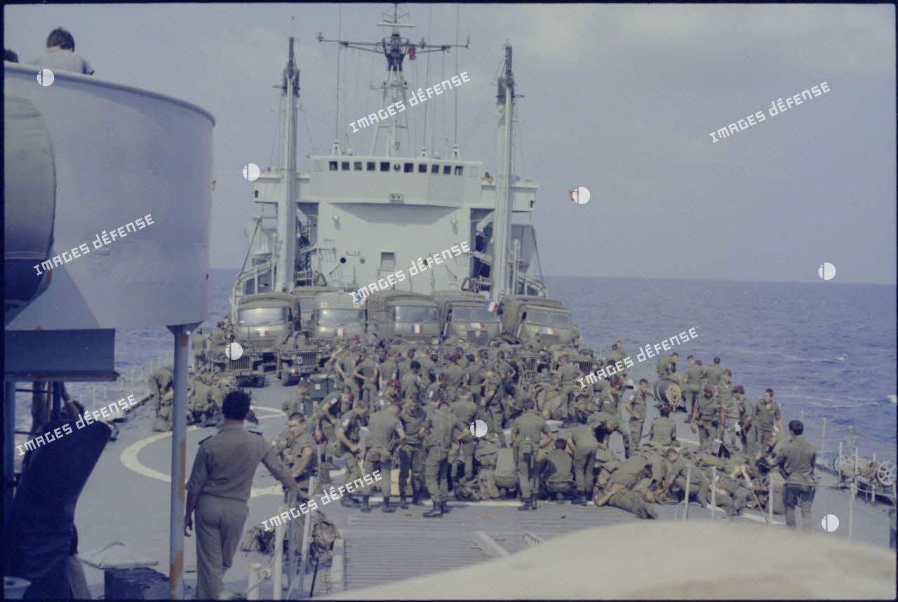 Soldats français de la Force multinationale de sécurité à Beyrouth (FMSB) à bord du bâtiment de débarquement de chars Argens en route pour Beyrouth.