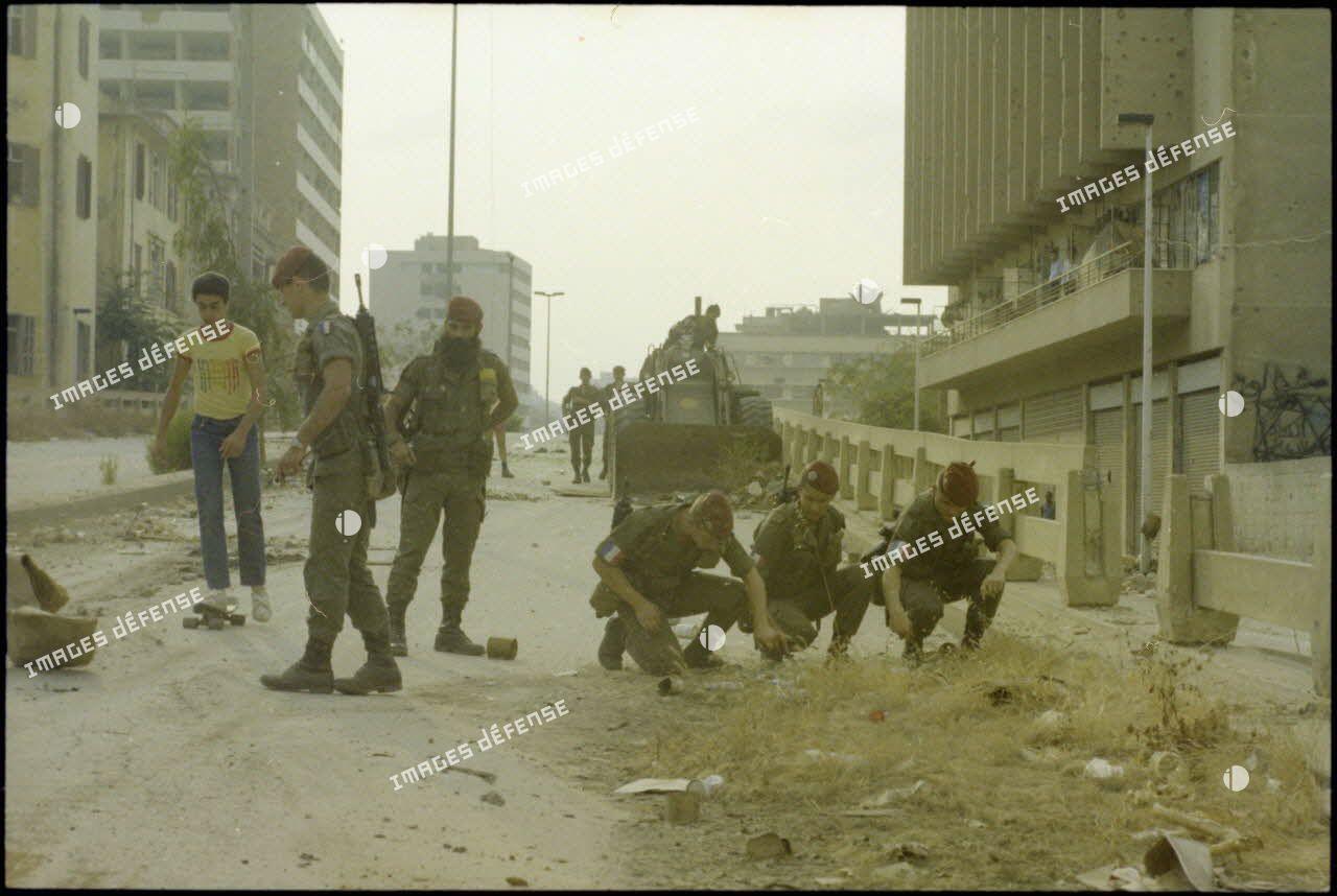 Déminage de l'avenue appelée Ring par le 17e régiment du génie parachutiste (RGP) à Beyrouth.
