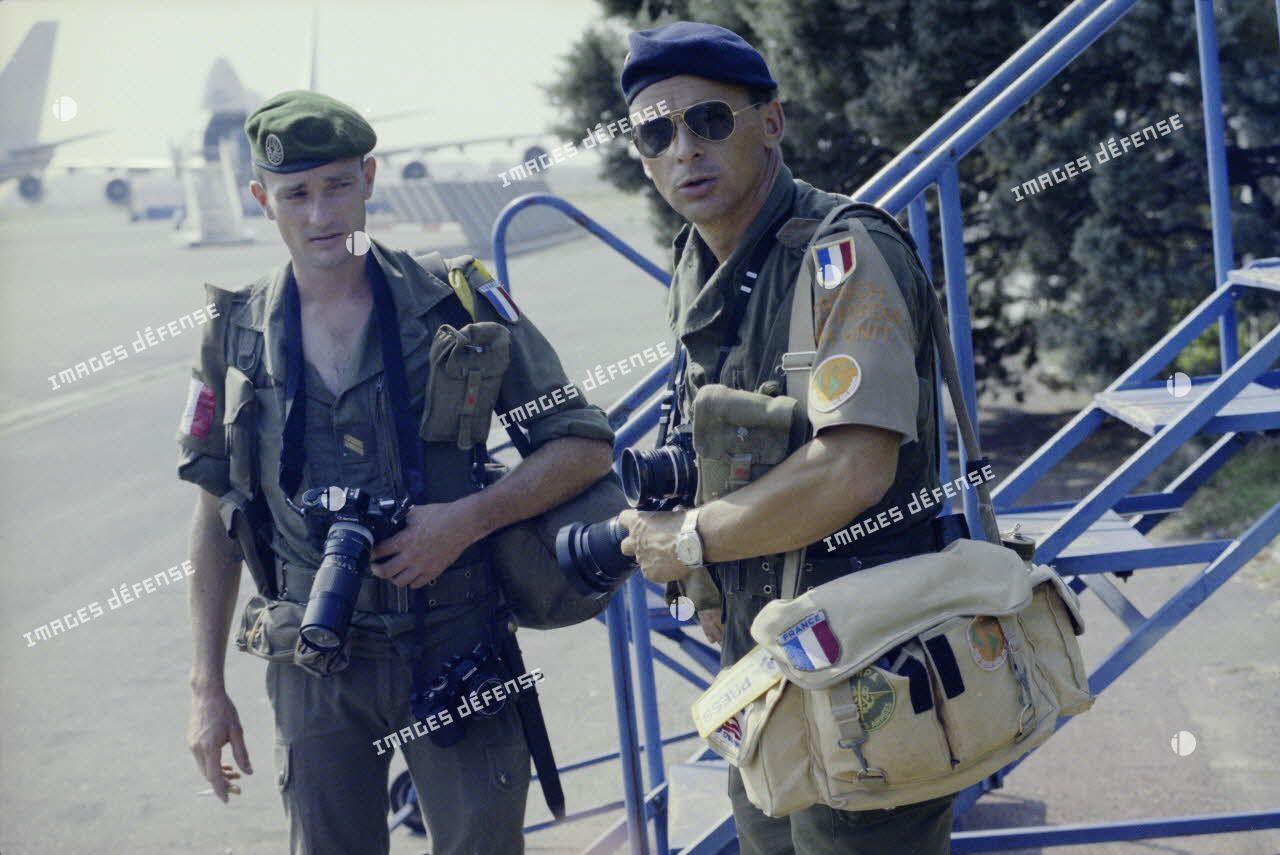 Deux photographes, dont le reporter François-Xavier Roch de l'ECPA, discutent sur l'aéroport de Bastia avant le départ des troupes pour le Liban.