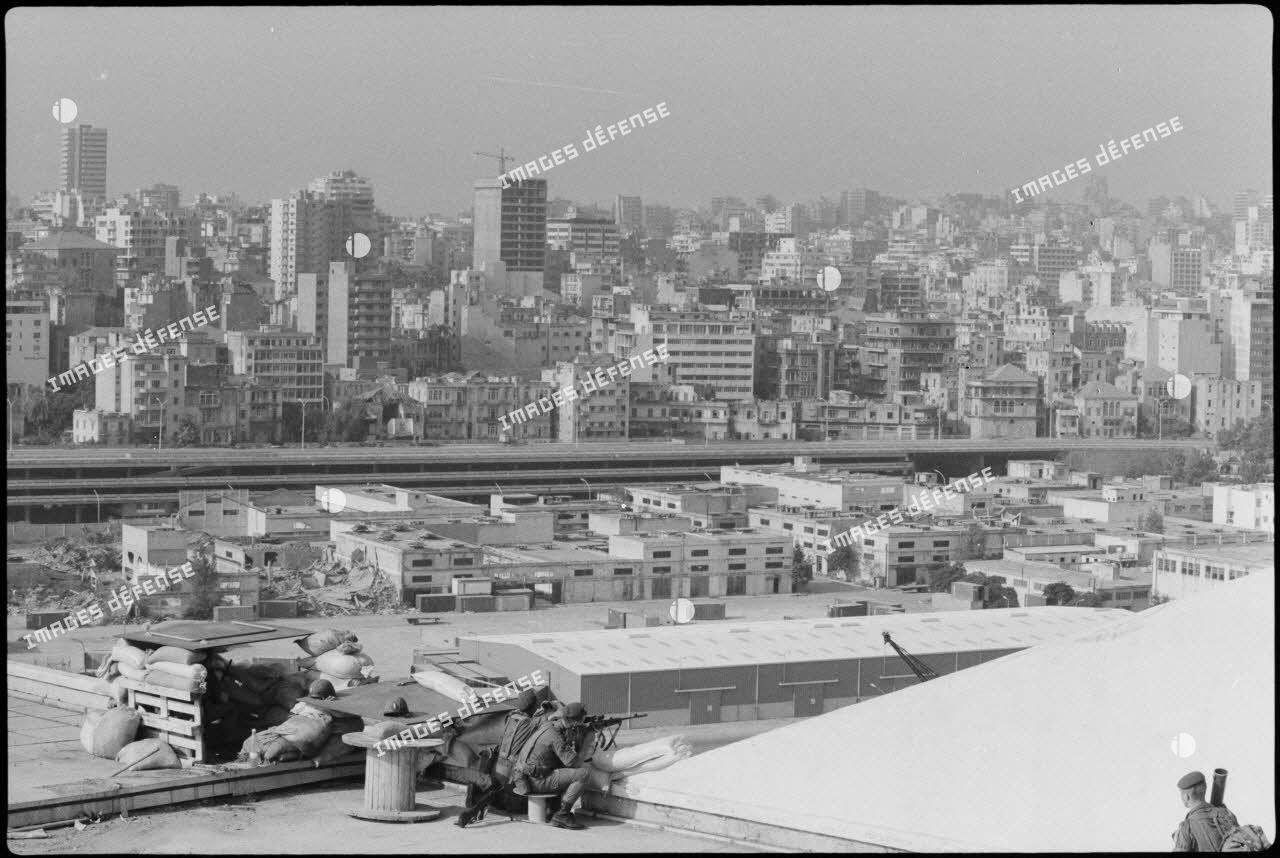 Légionnaires du 2e régiment étranger de parachutistes (REP) en faction sur le toit d'un immeuble du port de Beyrouth.