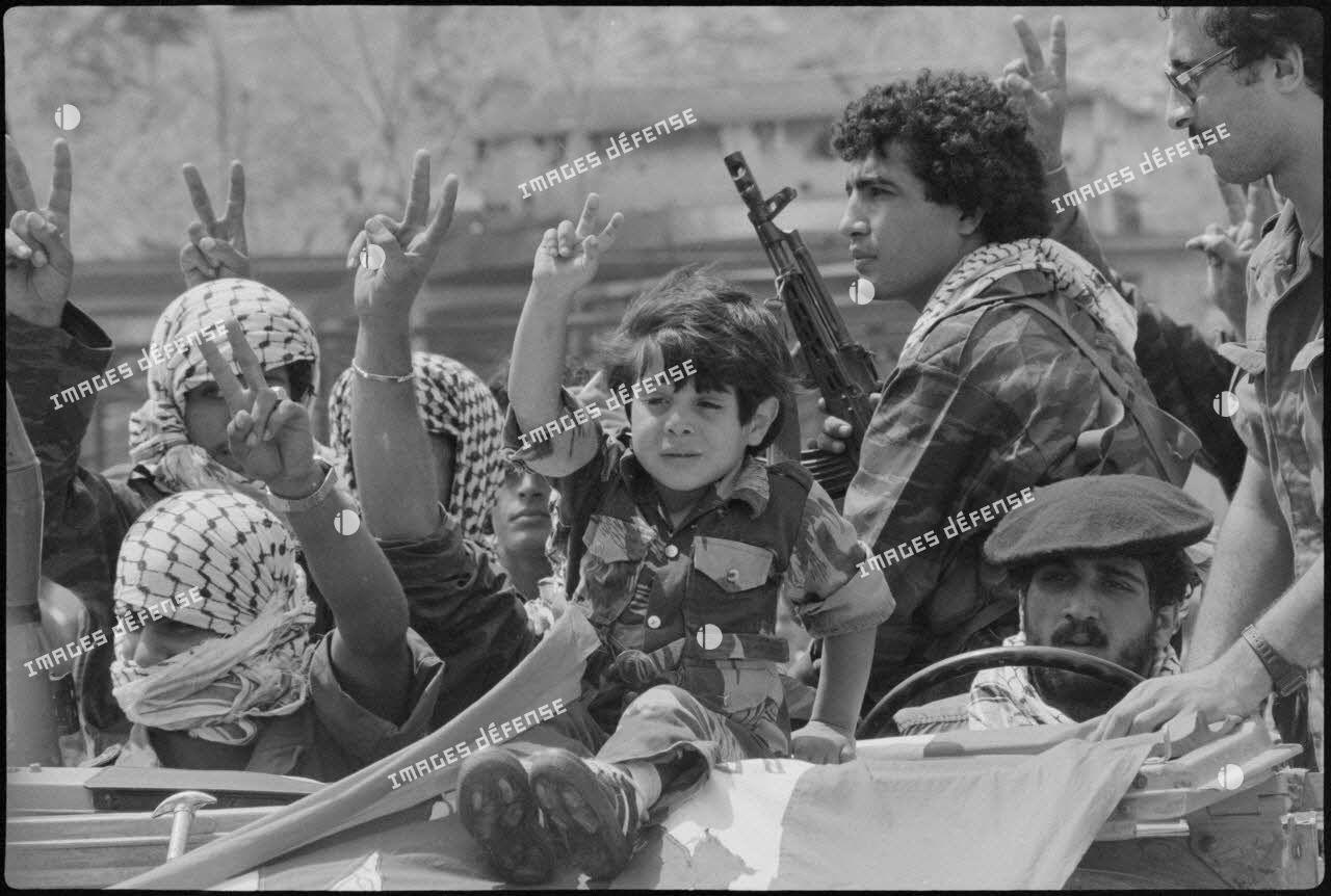 Arrivée d'un enfant et de combattants palestiniens dans le port de Beyrouth avant leur évacuation de la ville.