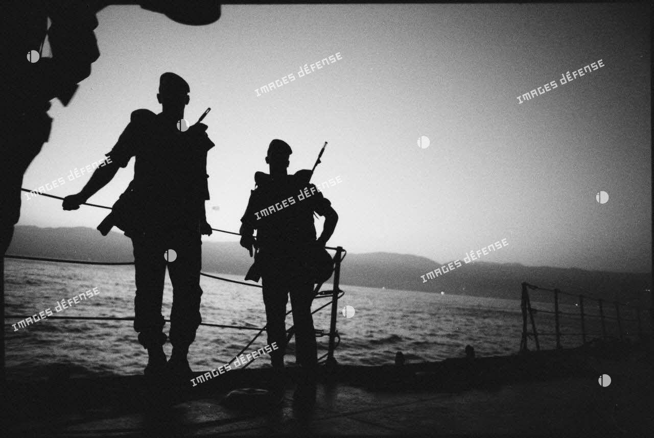Légionnaires du 2e régiment étranger de parachutistes (REP) à bord de la Dives à l'approche de Beyrouth le matin du 21 août 1982.