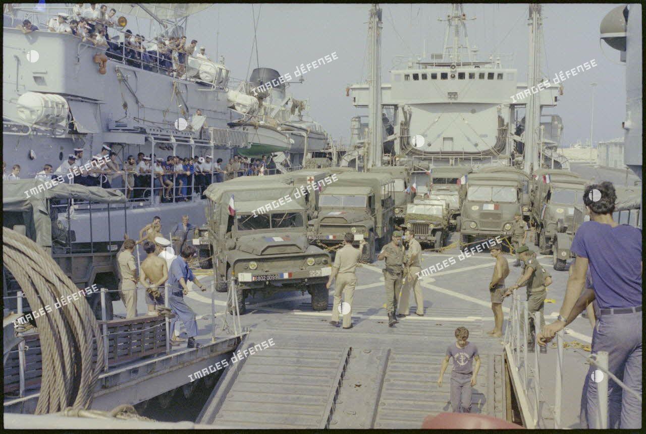 Embarquement des véhicules du 2e régiment étranger de parachutistes à bord du bâtiment de débarquement de chars Dives à Larnaca (Chypre).