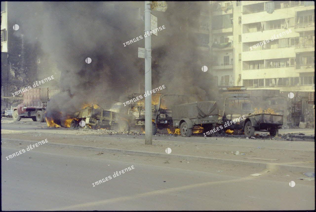Véhicules du Génie incendiés par des tirs de lance-roquettes ennemis dans Beyrouth.