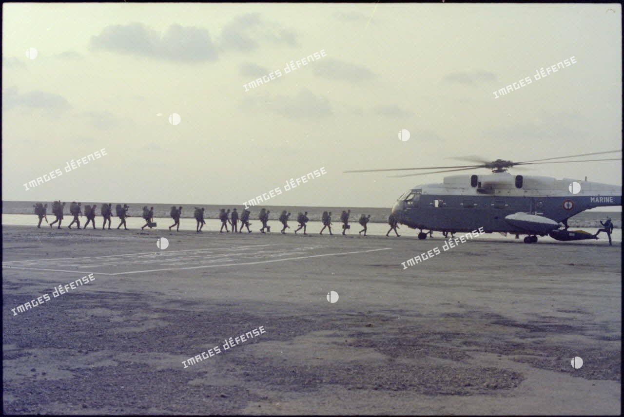 Embarquement de troupes françaises quittant Beyrouth à bord d'un Super-Frelon.