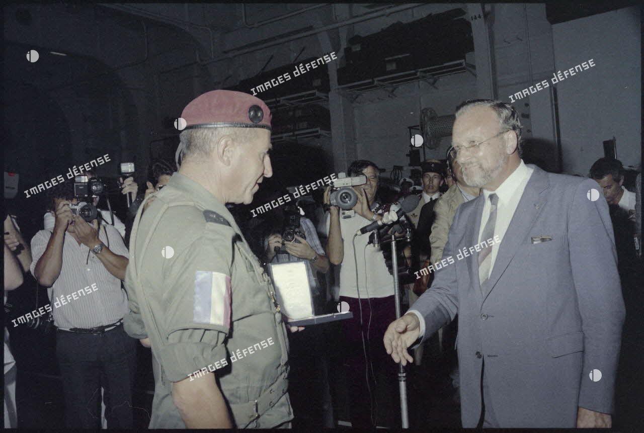Charles Hernu remettant une médaille au général Granger lors d'une cérémonie sur le porte-avions Foch.