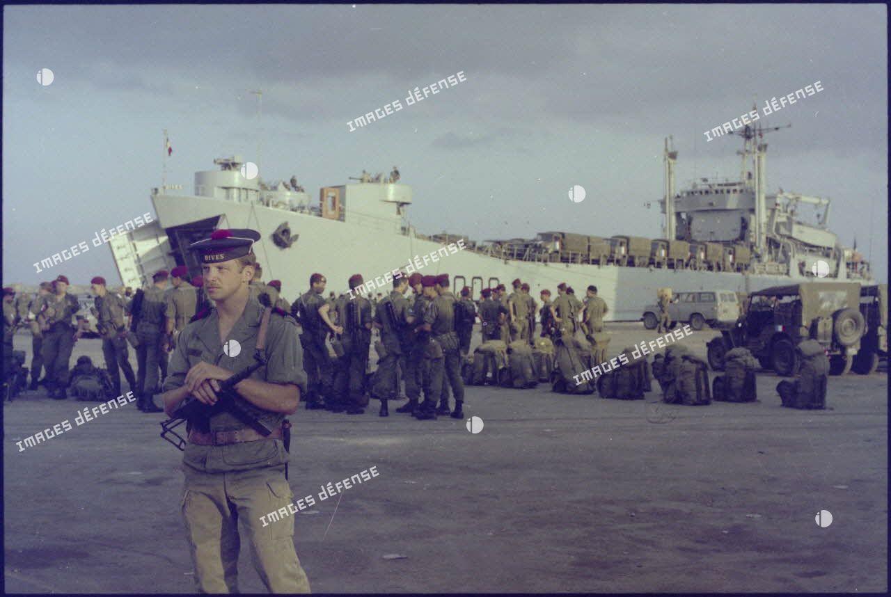 Débarquement du 3e régiment de paracutistes d'infanterie de Marine (RPIMa) dans le port de Beyrouth.