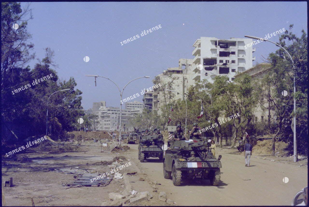 Progression d'automitrailleuses (AML-90) du régiment d'infanterie chars de marine (RICM) dans Beyrouth.