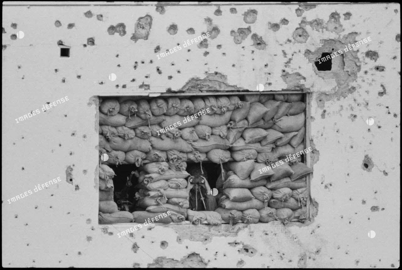 Observation aux jumelles par le 6e régiment d'infanterie parachutiste (RIP) depuis un poste, Beyrouth.