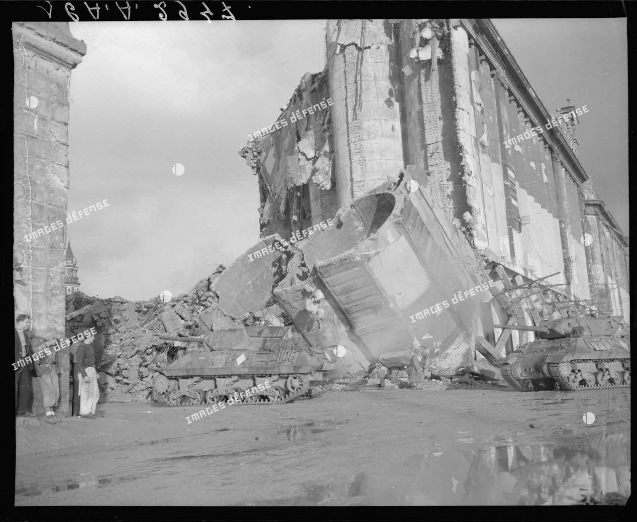 Des chasseurs de chars TD M10 (ou tanks destroyers) du 2e escadron du 8e régiment de chasseurs d'Afrique (RCA) rejoignent une zone de regroupement après avoir débarqué sur un quai du port de Naples.