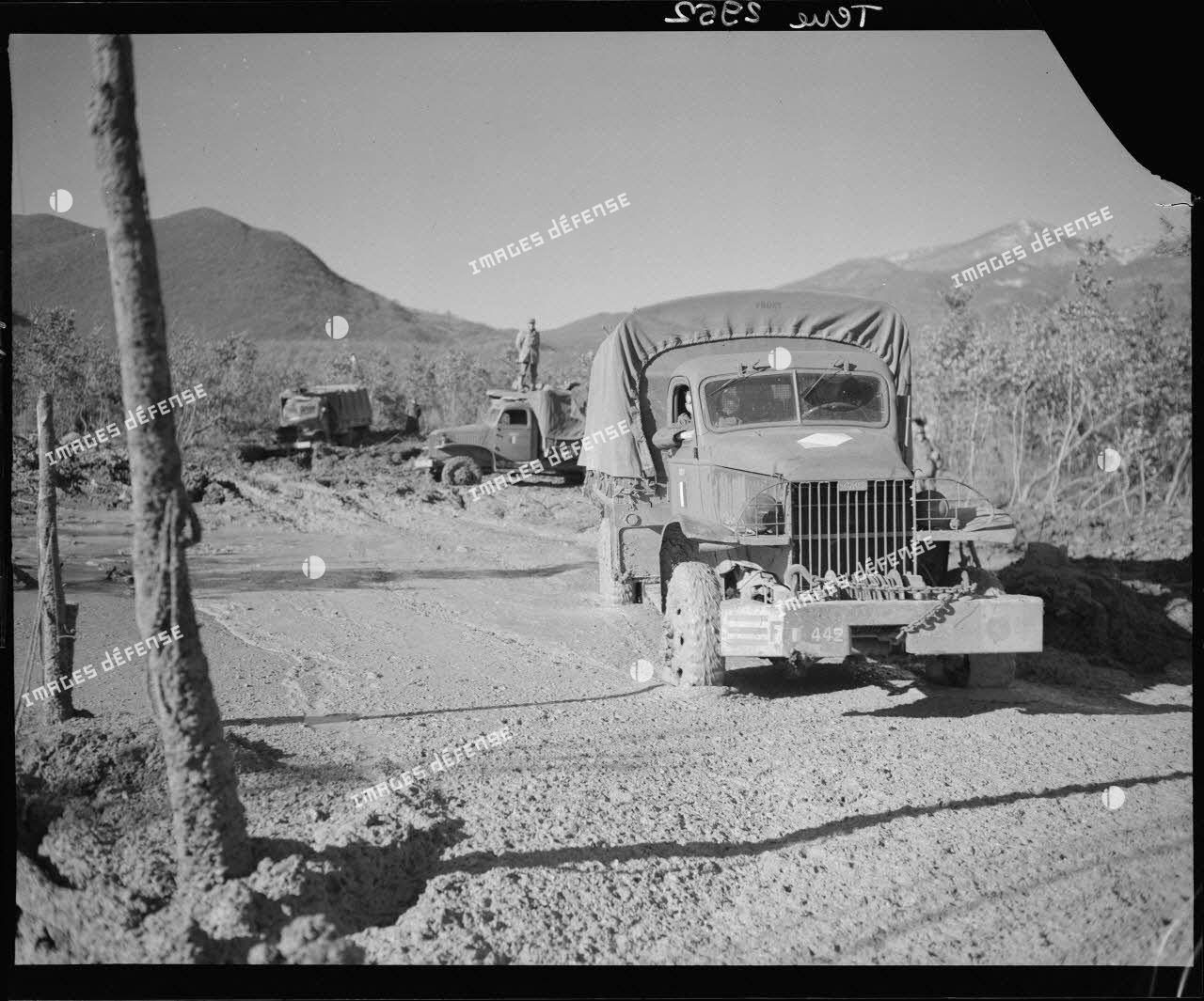 Des camions GMC de la compagnie de canons d'infanterie du 5e régiment de tirailleurs marocains (RTM) de la 2e division d'infanterie marocaine (DIM) progressent dans la boue à Montaquila pour ravitailler les premières lignes.