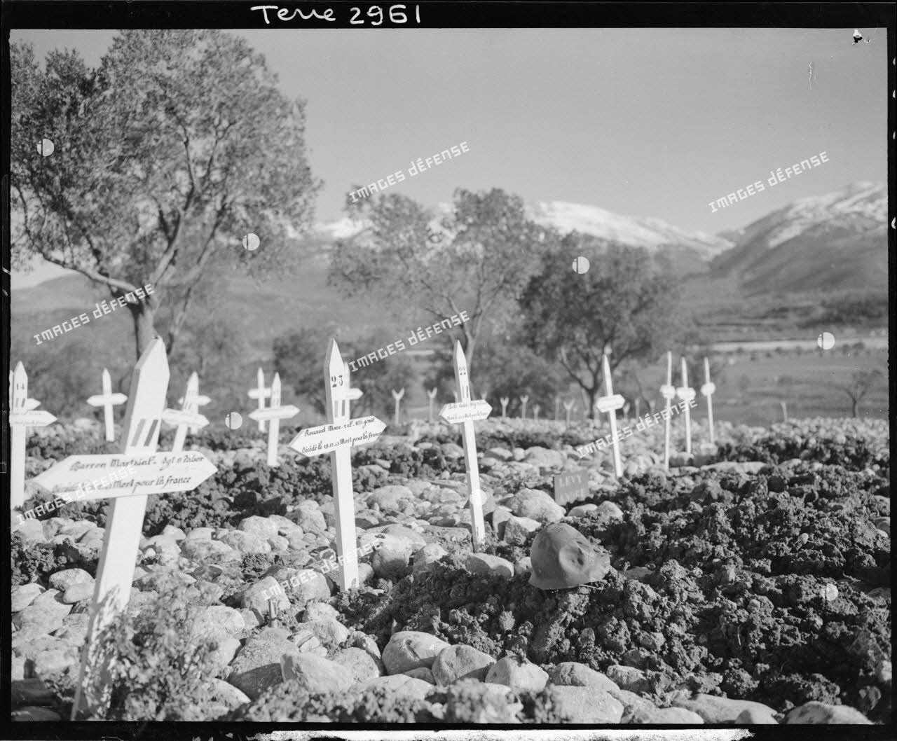 Tombes dans le cimetière de la 2e division d'infanterie marocaine (DIM) à Roccaravindola, dans le secteur de Venafro. Au premier plan, les tombes de soldats du 8e tabor et du 87e bataillon du génie.