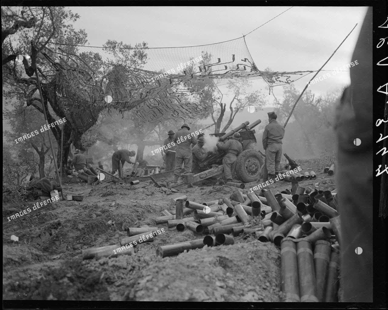 Tirs de préparation d'artillerie d'un obusier de 105 mm HM2 (howitzer) du 64e RAA.