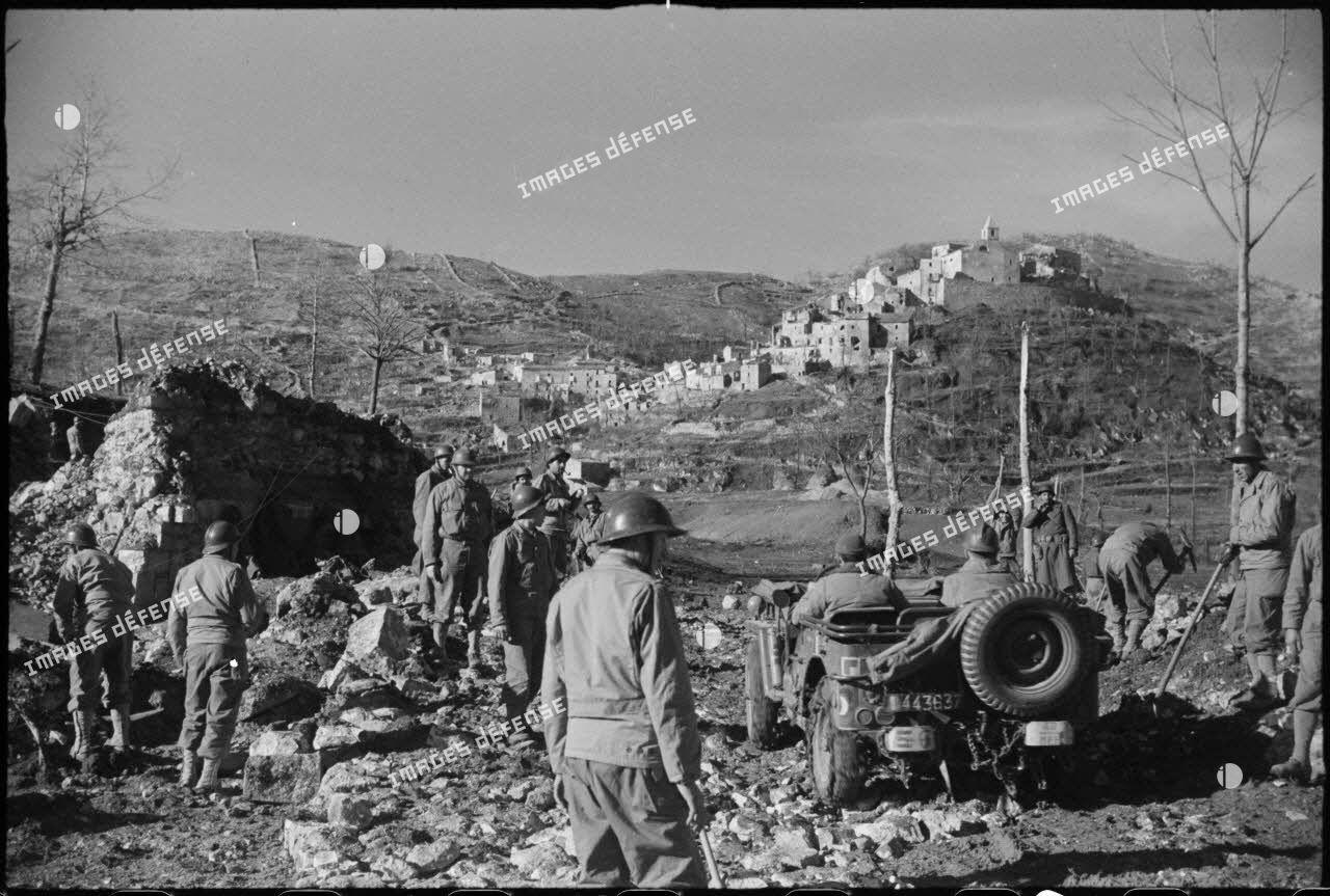 Dans le secteur de la 3e division d'infanterie algérienne (DIA), des sapeurs du 180e bataillon du génie (BG) réparent et empierrent une route menant au village d'Acquafondata.