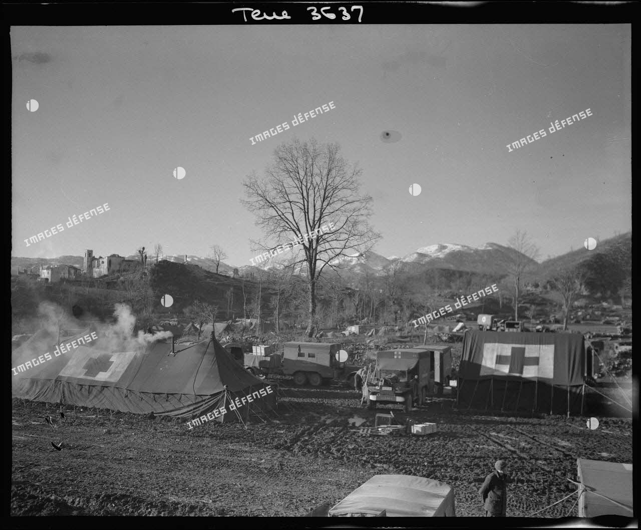 Vue d'ensemble de la formation chirurgicale mobile n°1 (FCM), dirigée par la comtesse Ladislas du Luart, installée dans le secteur de la 3e division d'infanterie algérienne (DIA). A l'arrière-plan, le hameau de Cassino et le mont Monna Casale.